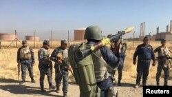 Военнослужащие иракской армии входят в нефтеносные районы вблизи города Киркук, 16 октября 2017 года.