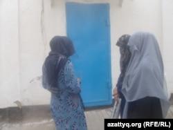 Жены арестантов стоят у ворот СИЗО в ожидании новостей о последствиях тюремного бунта. Актобе, 12 июля 2012 года.