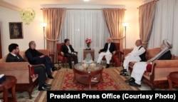 Ауғанстан президенті Хамид Карзай Абдулла және Ғанимен президент сарайында кездесіп отыр. Кабул, 26 тамыз 2014 жыл.