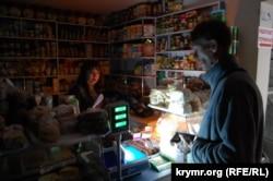 Севастополь, торговля в обесточенном магазине