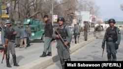 Кабулдегі шабуыл жасалған әскери аурухана жанында тұрған қауіпсіздік қызметкерлері. Ауғанстан, 8 наурыз 2017 жыл.