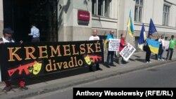 Протест чеських активістів із руху «Капутін» проти відкриття так званого «представництва» угруповання «ДНР» – вони назвали це «кремлівським театром». Острава, 1 вересня 2016 року