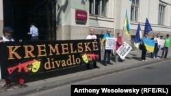 «Кремлівський театр»: протест чеських активістів із руху «Капутін» проти відкриття так званого «представництва» угруповання «ДНР». Острава, 1 вересня 2016 року
