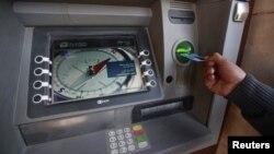 جهاز للصرف الآلي في احد مصارف بغداد