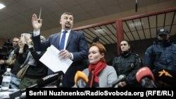Юлія Кузьменко (п) та її адвокат Владислав Добош