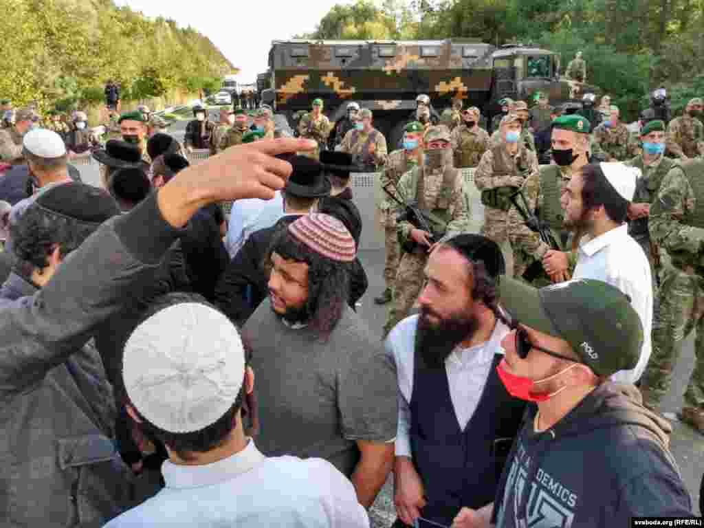 Hundreds of Hasidic Jews are currently stuck at the Novaya Huta border crossing between Belarus and Ukraine.