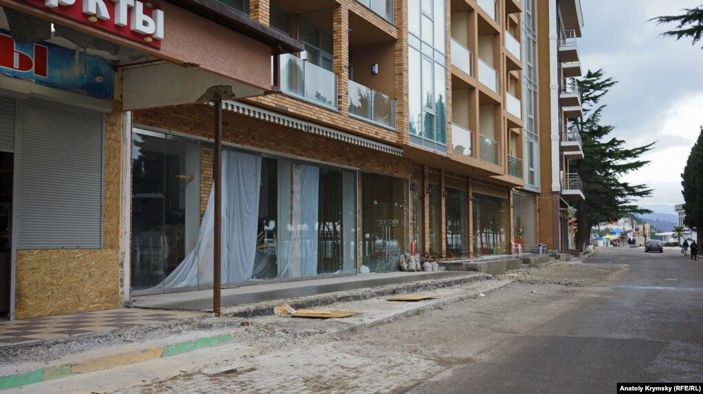 Отель «Россия» заставили срезать навес, выступающий на тротуар