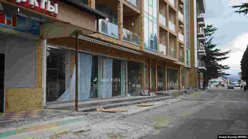 Готель «Росія» змусили зрізати навіс, що виступав на тротуар