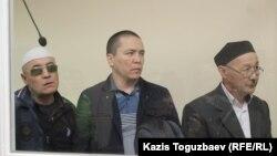 Айыпталушылар Оралбек Өміров, Алмат Жұмағұлов пен Кенжебек Әбішев (солдан оңға қарай) сот залында тұр.