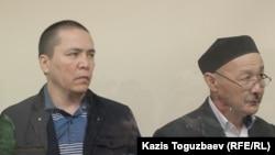 Кенжебек Абишев (справа) и Алмат Жумагулов, обвиняемые по «делу джихадистов». Алматы, 10 сентября 2018 года.