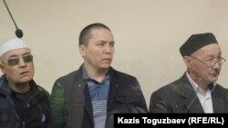 """Подсудимые по """"делу джихадистов"""". Слева направо: Оралбек Омыров, Алматы Жумагулов и Кенжебек Абишев."""