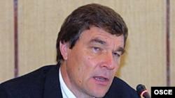 Эл аралык комиссиянын жетекчиси, фин саясатчысы Киммо Килюнен.