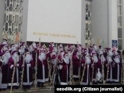 Деды Морозы возле здания администрации Бувайдинского района Ферганской области.