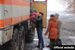 Сарытөбе ауылы тұрғындарын тасқын кезінде эвакуациялап жатыр. Қарағанды облысы, 12 сәуір 2015 жыл.