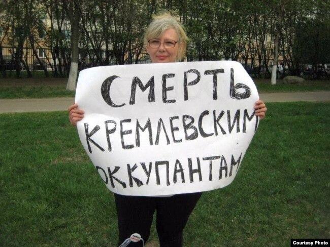 Російська активістка Ірина Калмикова під час пікету в центрі Москви неподалік від Кремля (архівне фото)