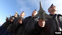 Ресейдің МиГ-31 әскери ұшақтарының экипаж мүшелері жаттығу кезінде. Елизово аэродромы, Петропавловск-Камчатский, Ресей, 22 қыркүйек 2014 жыл. (Көрнекі сурет)
