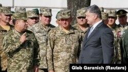 Președintele Petro Poroșenko discută cu ministrul apărării Stepan Poltorak la o ceremoniei în ajunul Zilei Independenței