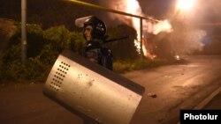 Ոստիկանությունը Սարի թաղում ցրում է ցուցարարներին, Երևան, 29-ը հուլիսի, 2016թ․