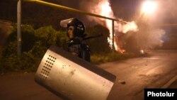 Ոստիկանությունը Սարի թաղում ցրում է ցուցարարներին, Երևան, 29-ը հուլիսի, 2016թ.