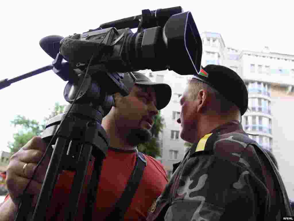 Міліцыя адцясьняе журналістаў.
