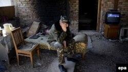Украинский военнослужащий ждет приказа на базе Бельбек. 21 марта 2014 года.