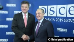 Министр иностранных дел Армении Зограб Мнацаканян (справа) и действующий председатель ОБСЕ, министр иностранных дел Словакии Мирослав Лайчак, Братислава, 6 декабря 2019 г.