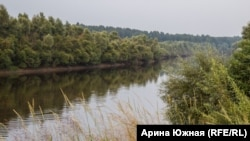 Деревня стоит на берегу реки Тары