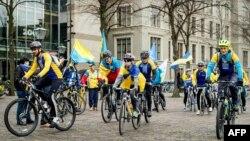 Українські активісти з національними прапорами біля будівлі парламенту Нідерландів напередодні референдуму. Квітень 2016 року