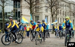 Украинский велозабег перед парламентом Голландии 3 апреля 2016 г.