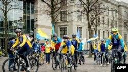 Украинские активисты с национальными флагами у здания парламента Нидерландов накануне референдума, апрель 2016 года