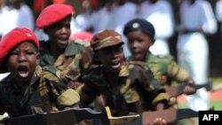 Дети – члены зимбабвийского Союза патриотической молодежи на праздновании дня рождения Роберта Мугабе. 21 февраля 2011 года