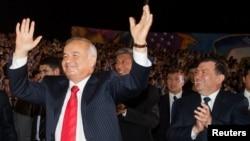 İslam Karimov. 2007-ci il. Arxa planda indiki prezident Shavkat Mirziyoev