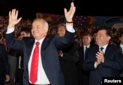 Өзбекстан президенті Ислам Каримов (сол жақта) билеп, елдің премьер-министрі Шавкат Мирзияев (оң жақта) қошемет көрсетіп тұр. Ташкент, 31 тамыз 2007 жыл.