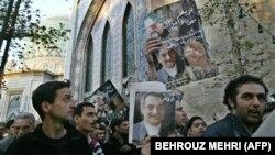 یکی از معدود اجتماعات بزرگداشت داریوش و پروانه فروهر در سال ۱۳۸۲ در مقابل حسینیه ارشاد تهران