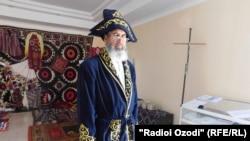 Сайҷалол Каримзода бо ҷомае ки Назарбоев барояш фиристодааст.
