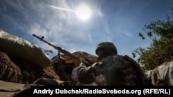 Український снайпер під час бою у селищі Південне, що під Горлівкою, 17 червня 2018 року