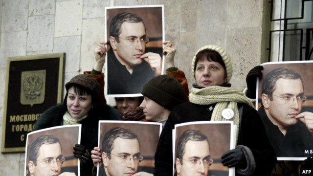 Too influential? Khodorkovsky sympathizers protest outside a Moscow courthouse. (file photo)