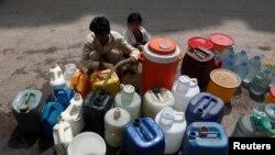 د پاکستان تر ټولو لوی ښار، کراچۍ په يوه برخه کې يو کس له نلکې د اوبو ټاپکي ډکوي