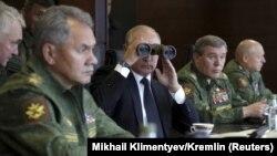 Президент России Владимир Путин (по центру) наблюдает за военными учениями «Запад-2017», 18 сентября 2017 года