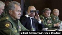 Putin hərbi təlimləri izləyir