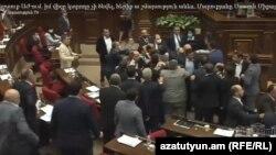 Ermənistan parlamentində dava