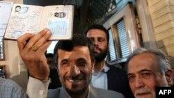 پرویز داودی (راست) در کنار محمود احمدینژاد پس از شرکت در انتخابات مجلس هشتم در اسفند ۸۶