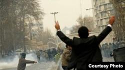 صحنه ای از نا آرامی های روز عاشورا در تهران