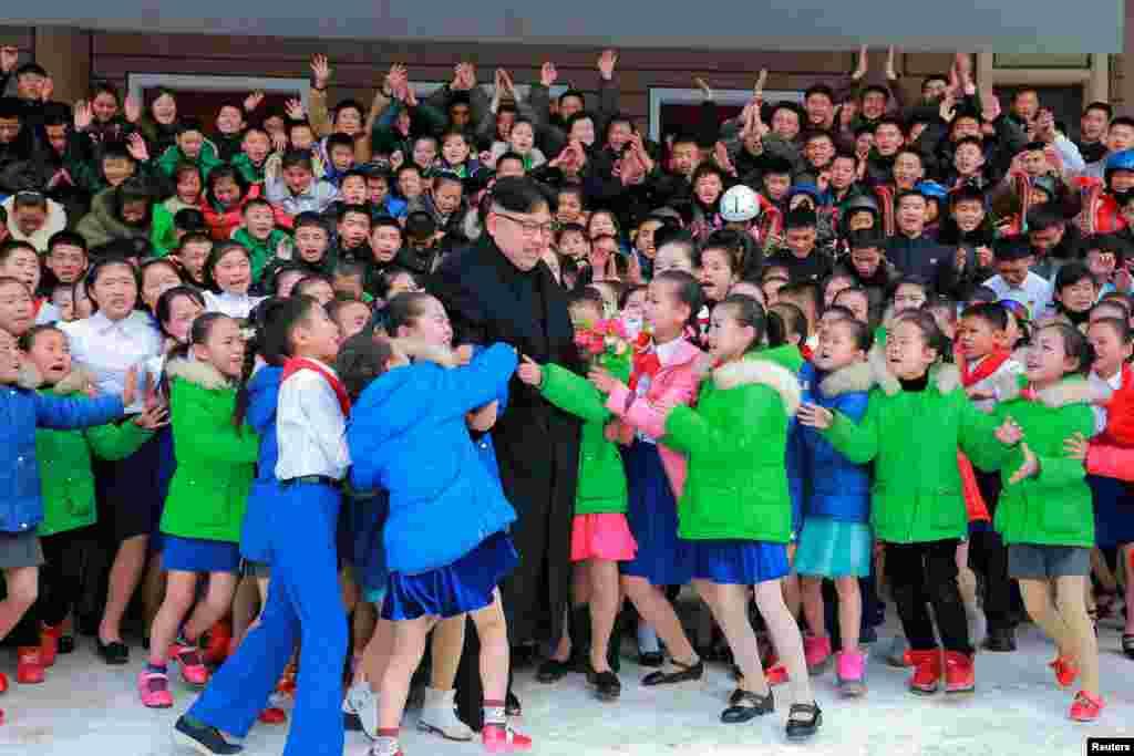 ჩრდილოეთ კორეის ლიდერი კიმ ჩონ უნი ბავშვების გარემოცვაში.