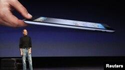 Apple shirkati asoschisi Stiv Jobs iPad planshetining ilk modelini taqdim etmoqda. San Fransisko, 2 mart 2011 yil.