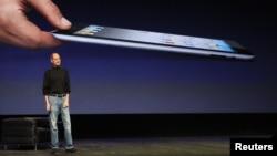 """""""Apple"""" kompaniýasynyň öňki baş dolandyryjysy, merhum Stiw Jobs iPad 2 bilen tanyşdyrýar, San Fransisko, 2011-nji ýylyň 2-nji marty."""