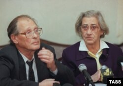 Sergei Kovalyov with Yelena Bonner, the widow of Andrei Sakharov, in Moscow in October 1998.