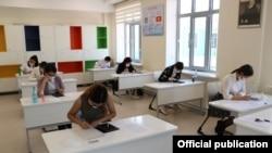 Выпускники по время сдачи теста «Алтын тамга». Город Бишкек, 18 июня 2020 г. Иллюстративное фото.