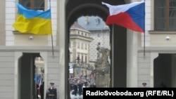 Український та чеський прапори біля воріт Празького граду