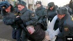 В эти выходные, когда по всей России наблюдается особенно резкий контраст между согласными и несогласными, главными героями СМИ опять могут стать милиционеры
